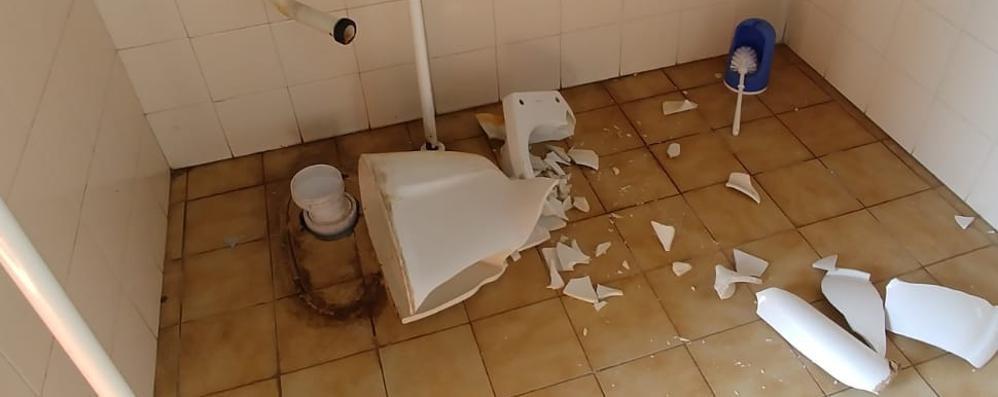 Olgiate, bagni distrutti a mazzate  «Ma non sono i ragazzi»