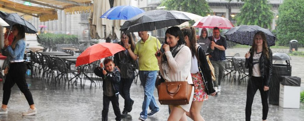 Tempesta sul Comasco  Pioggia e grandine  Strade come fiumi