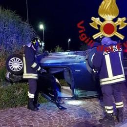 Si ribaltano con l'auto  Due feriti a Bulgarograsso