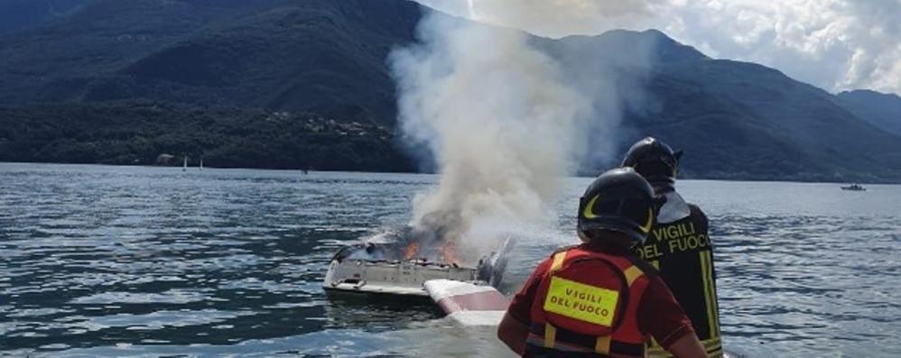 La barca prende fuoco Si salva buttandosi nel lago
