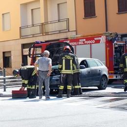 Albavilla, auto brucia davanti alla chiesa Illesi i quattro giovani che erano a bordo