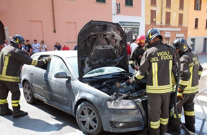 I vigili del fuoco al lavori sull'Audi
