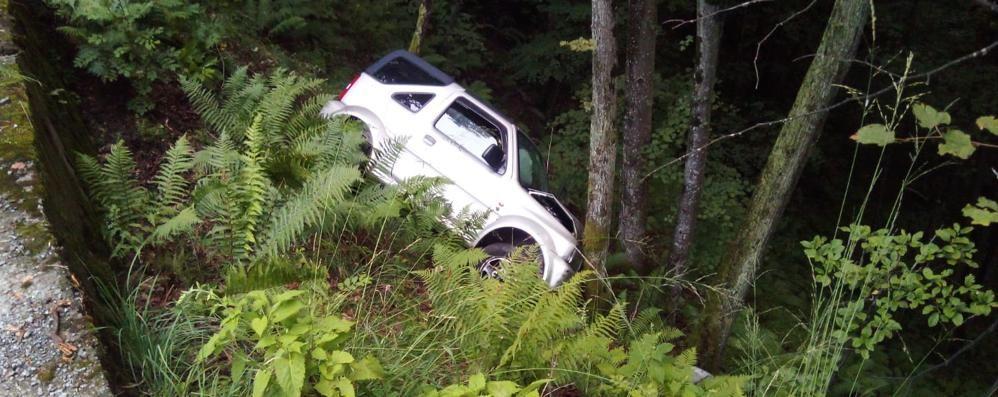 Allarme per un'auto nel fosso   Ma il conducente è già in salvo