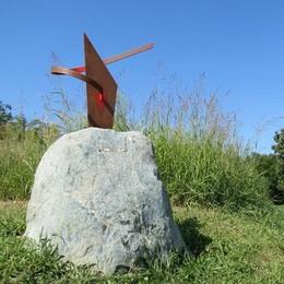 Inverigo, vandali sui sentieri  Danni alla scultura, distrutta la targa