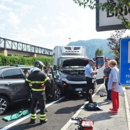 Auto contro furgone  in via Asiago a Como  Quattro persone ferite
