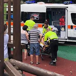 Bimba cade e picchia la schiena  Ambulanze al parco giochi di Erba