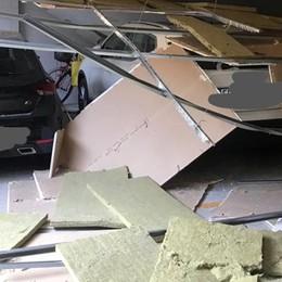Crolla un controsoffitto Como, auto sepolte in garage
