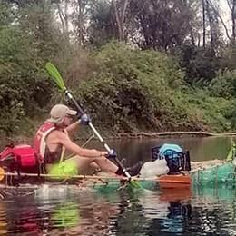 Montorfano, la canoa di bottiglie  naviga lungo il Po «Ora punto al mare»