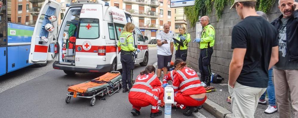 Sbatte contro uno spartitraffico e cade  Grave un motociclista in viale Masia