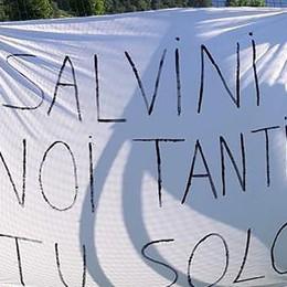 Minacce a Salvini: «Noi tanti, tu solo»   Striscioni strappati alla festa della lega