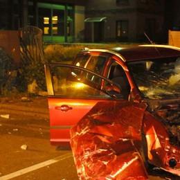 Auto contro recinzione  Un ferito a Castelmarte   GUARDA IL VIDEO
