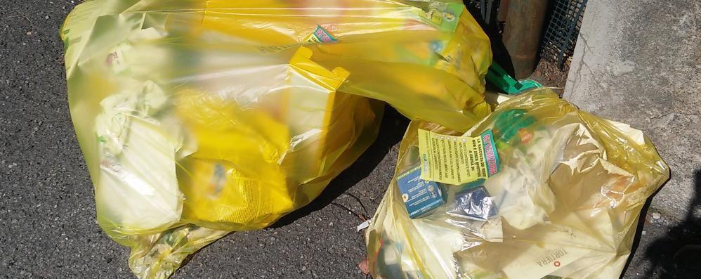 Cantù, basta carta nei sacchi di plastica  Stop al ritiro, poi scattano le multe
