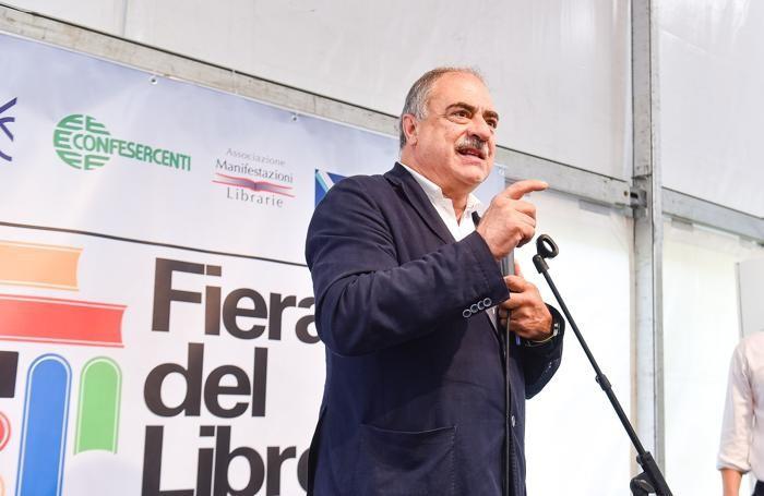 Como inaugurazione della Fiera del Libro in piazza Cavour, il sindaco Mario Landriscina