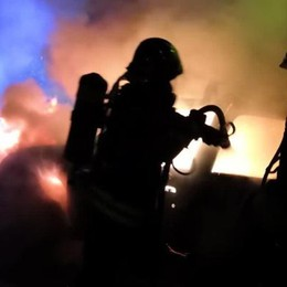 Fiamme in via Di Vittorio  Auto distrutta dall'incendio