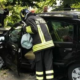Finisce in auto contro un albero Pompieri a Montano Lucino
