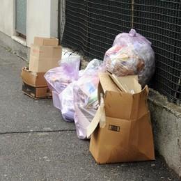 Cantù, basta carta nei sacchi di plastica  «Non si ritira più e scattano le multe»