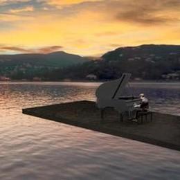Como non sa decidersi  Il pianista sul lago va a Cernobbio