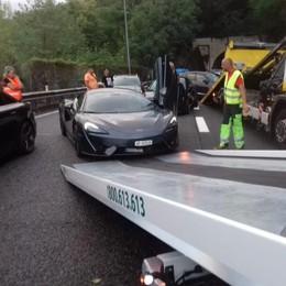 Voragine in autostrada  Danneggiate 26 auto,  anche una McLaren