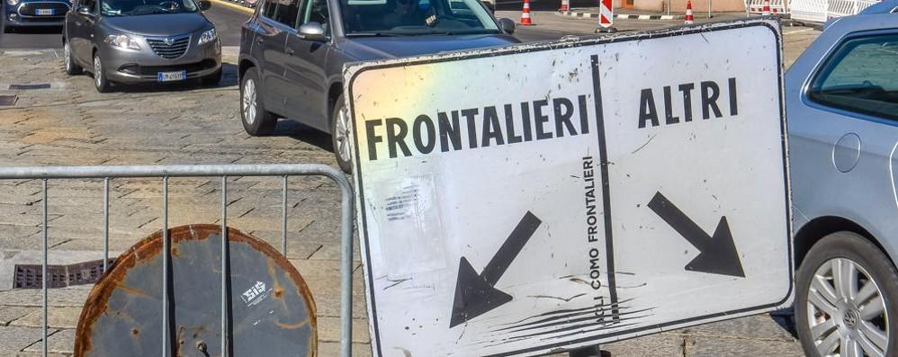 Frontalieri boom  La rabbia di Udc e Lega  «Schiaffo agli svizzeri»