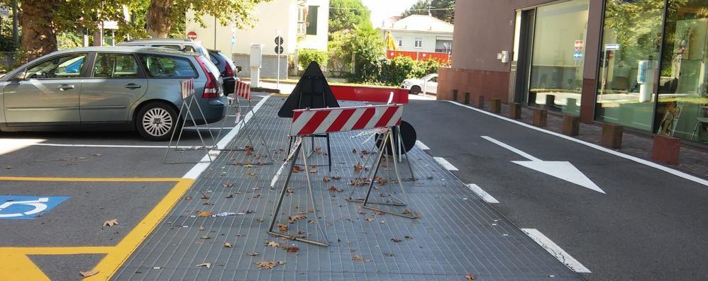Donne cadute per le grate ballerine  Il sindaco di Olgiate: «Sistematele»
