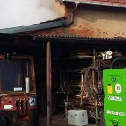 Incendio in una legnaia  Pompieri a Mozzate