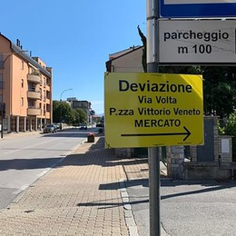 """Maxi cantiere, lavori con il giallo  Spuntano i cartelloni """"fai da te"""""""