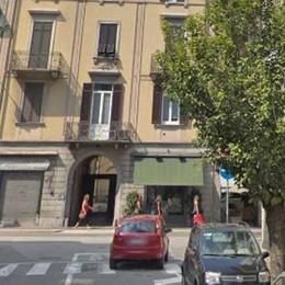 Picchia la compagna per strada  Via Milano, fermato dai passanti