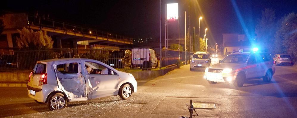 Erba, scontro nella notte all'incrocio  Motociclista soccorso con l'elicottero