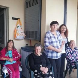 Ascensore rotto da tre settimane  «Noi, prigionieri nelle case Aler»