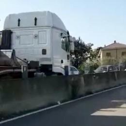 Merone, camion contromano   Terrore sulla Valassina   GUARDA IL VIDEO