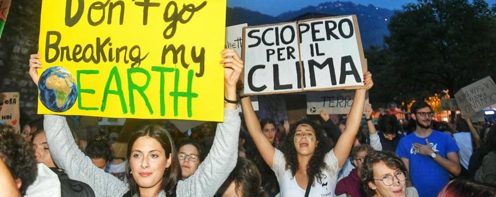Studenti, sciopero per il clima  In centinaia invadono il Comune  Nel pomeriggio il corteo Guarda i video
