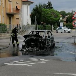 Arosio, auto va a fuoco in via Marconi