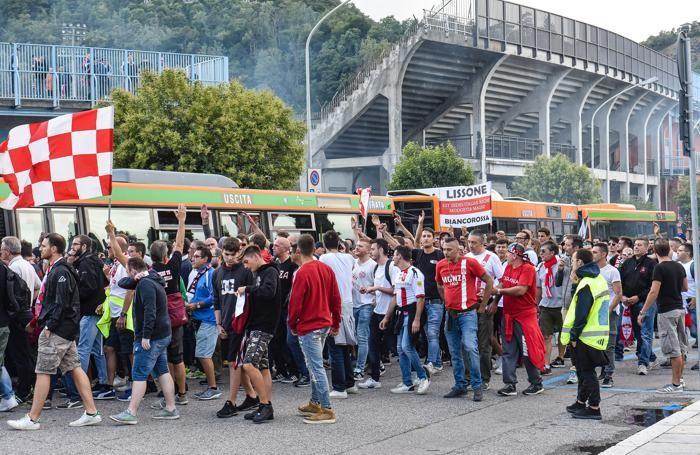 Como il bus con i tifosi del Monza arriva allo stadio Sinigaglia per la partita con il Calcio Como