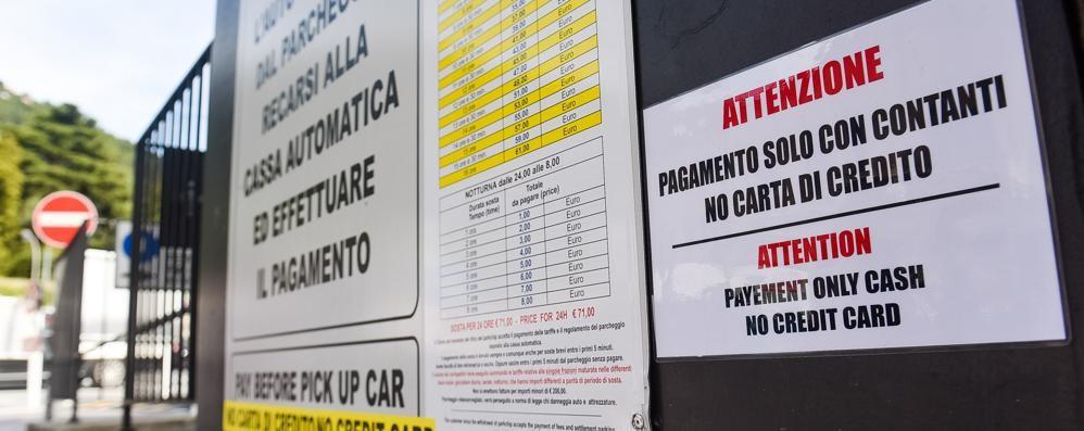 A Como parcheggi introvabili  E non si può neanche pagare con la carta