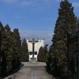 Rovellasca, ladri di fiori al cimitero  Il Comune metterà un guardiano