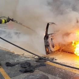 Auto brucia a San Rocco (VIDEO)  I passeggeri fuggiti in tempo  Due ore di caos in città