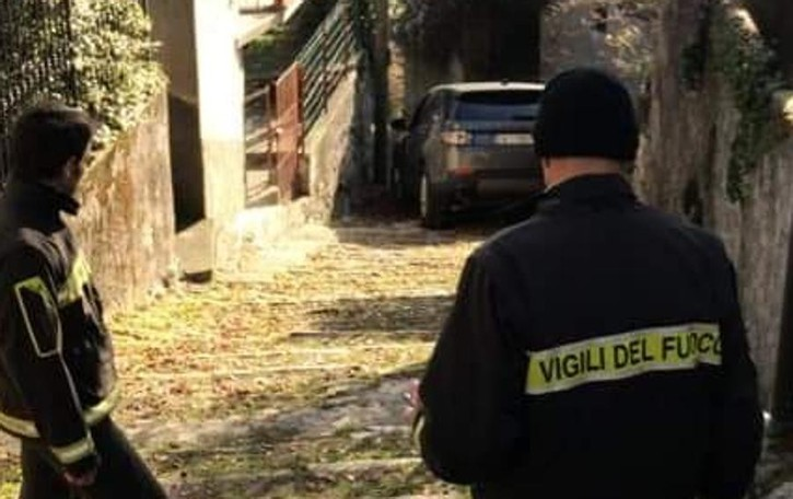 Moltrasio, turisti traditi dal navigatore  Con l'auto su una scalinata Video