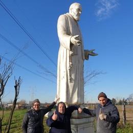 Padre Pio alto 5 metri nei campi   Rovellasca: «Un atto di devozione»