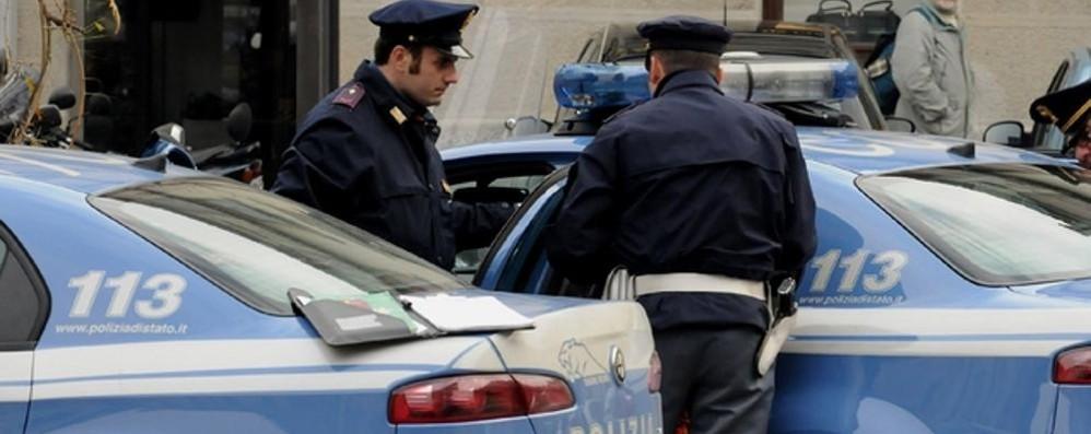 Vuole lanciarsi dal ponte   Messo in salvo dai poliziotti