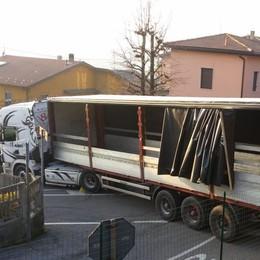 Camion incastrato a Bernate  Strada bloccata tre ore