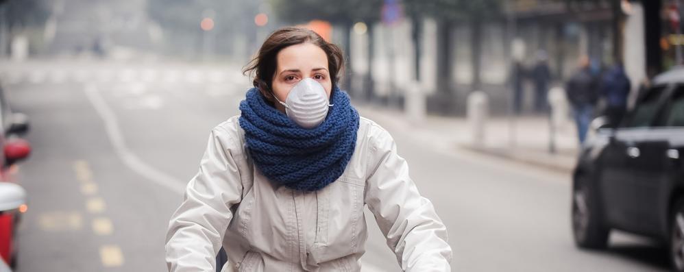Como soffoca, l'allarme degli pneumologi  «A passeggio? Sì ma con la mascherina»