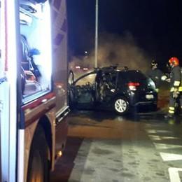 Fino, auto a fuoco  Paura alla rotonda   GUARDA IL VIDEO