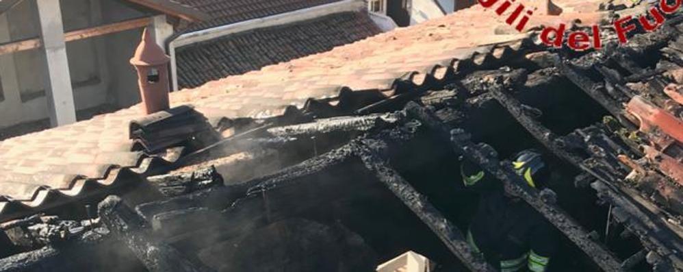 Si incendia il tetto Vigili del fuoco a Carugo