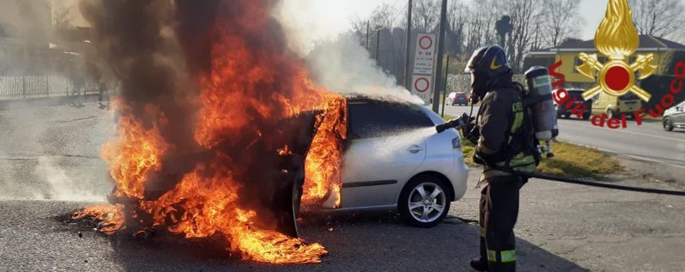 Beregazzo, auto in fiamme  Arrivano vigili del fuoco