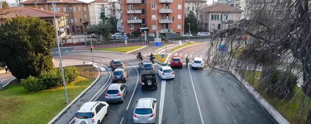Comaschi al volante  Divieti ignorati e manovre vietate