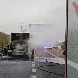 Furgone prende fuoco Pompieri sulla Pedemontana