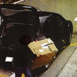 Non abita a Carate  e abbandona i rifiuti  Multa da mille euro