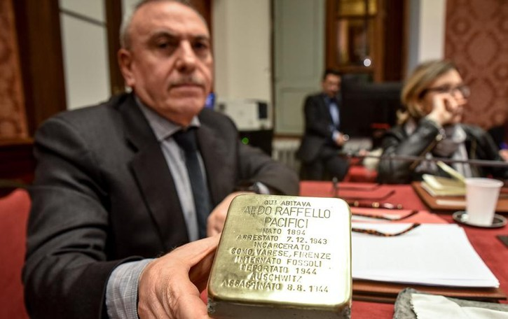 Riecco Pettignano: che figura  sulla pietra d'inciampo