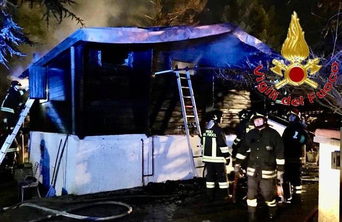 Un'altra immagine dell'intervento dei pompieri