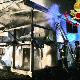 Va a fuoco uno chalet  Pompieri in azione